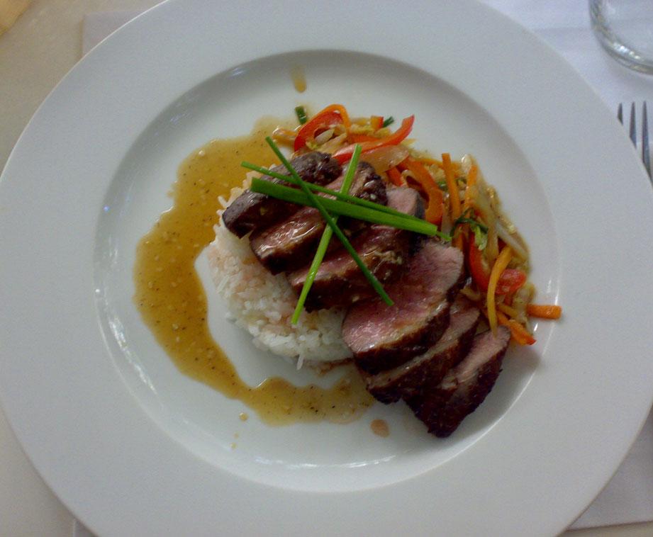 pierś z kaczki z warzywami i ryżem jaśminowym