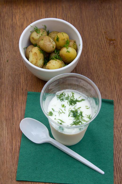 Miętowa młode ziemniaki ze zsiadłym mlekiem