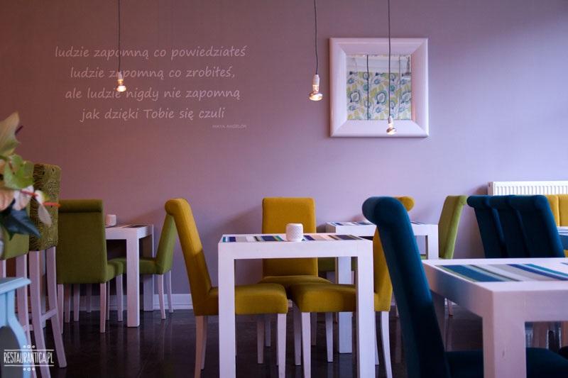 Maleńka i wnętrze restauracji