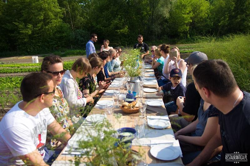 obiad na polu, przy stole