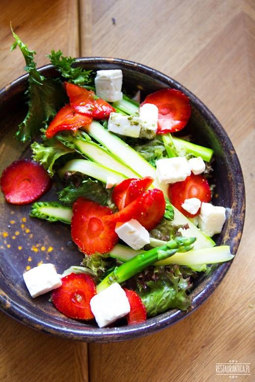 Bistro Z sałatka szparagi truskawki