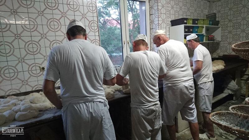 Piekarnia Piwoński, piekarze robią chleb baltonowski